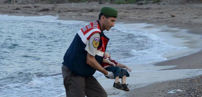Il corpo di quel bambino e la nostra responsabilità di vedere