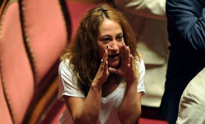 Vaccini, Paola Taverna (M5S) ignora le misure adottate contro la povertà