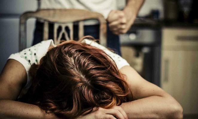 Le frasi del consigliere leghista sul femminicidio sono indegne, non può rappresentare i cittadini