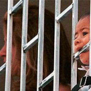 Non si può lasciar crescere i bambini dietro le sbarre