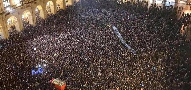 A Bologna l'emozione politica torna in piazza